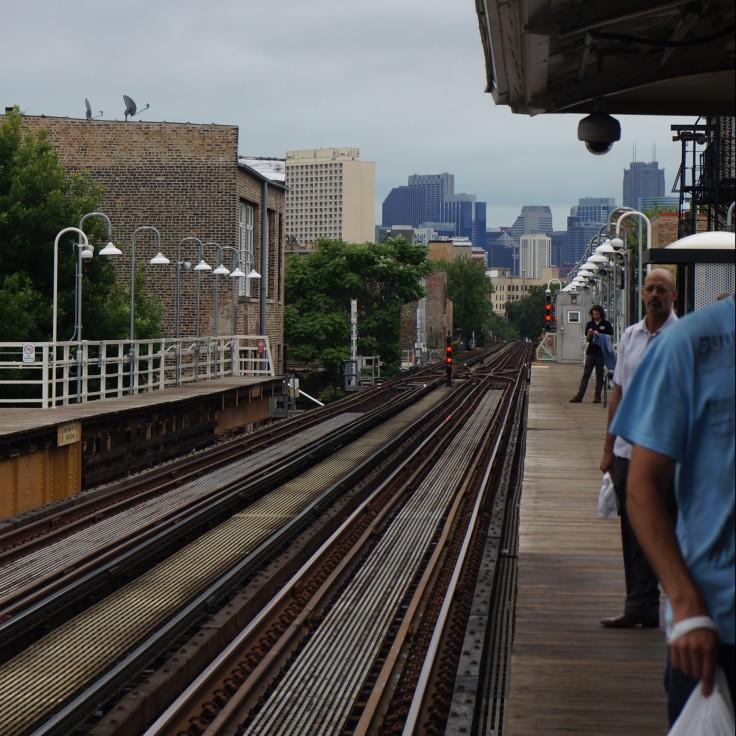 El tracks leading to city